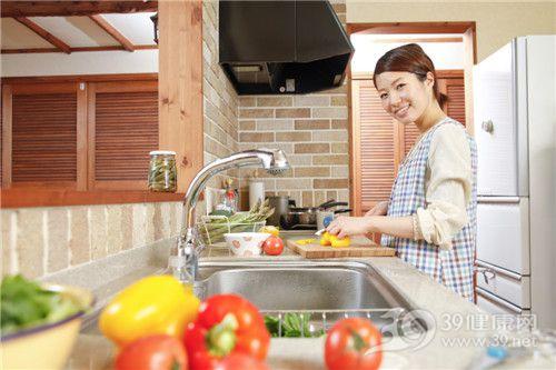 青年 女 烹饪 煮饭 切菜 青椒 西红柿 厨房_18311649_xxl