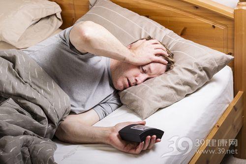 青年 男 睡觉 睡眠 失眠 闹钟 床_15647686_xxl