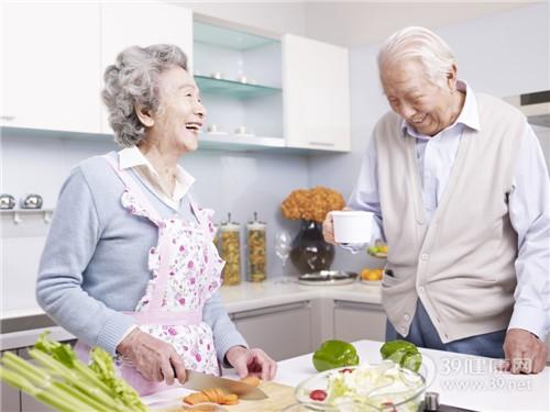 中老年 男 女 廚房 烹飪 聊天 切菜 胡蘿蔔 青椒 芹菜_24455701_xxl
