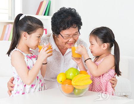 中老年人-孩子-女-亲子-果汁-橙汁-橙子-苹果-杨桃-喝东西_21412202_xxl