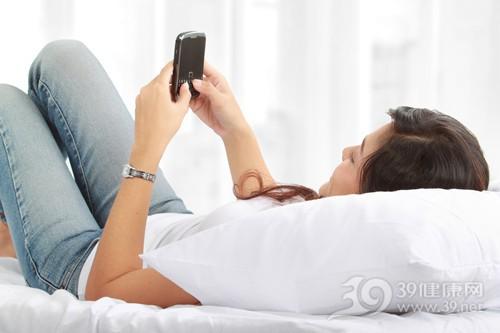 青年 女 手机 床 睡觉 仰睡 娱乐_11845987_xxl
