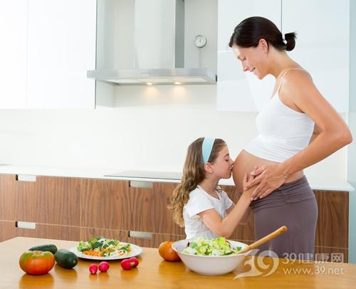 青年 女 怀孕 孕妇 母亲 孩子 煮食 烹饪 沙拉 蔬菜 水果 南瓜_15599871_xxl