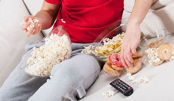 青年-男-沙发-看电视-爆米花-甜甜圈-薯片-垃圾食品_27297532_xxl