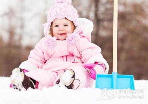 宝宝外出玩雪注意5个穿衣细节