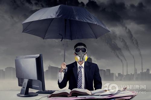青年 男 污染 空气 雾霾 防毒面具 口罩 电脑 工作 雨伞_28387274_xxl