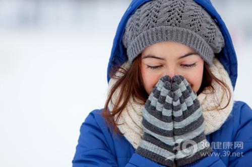 青年 女 冬天 寒冷 下雪 温暖 手套 围巾 帽子 大衣_8930099_xl