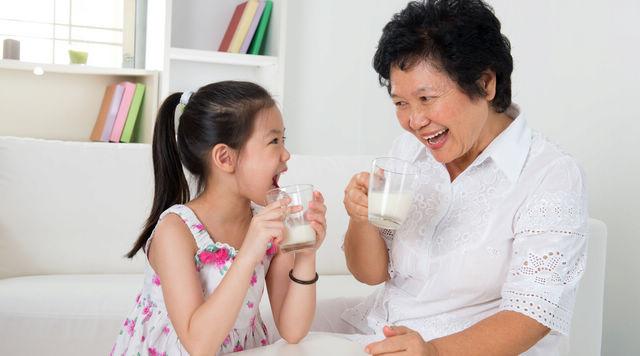 奶奶带大的孩子 成长有惊人优势