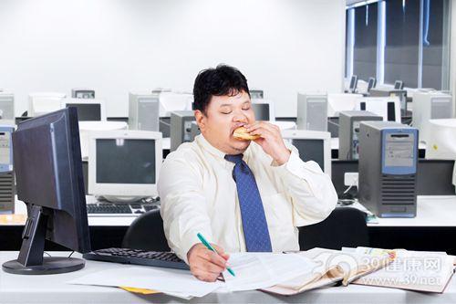 青年 男 办公室 汉堡 吃东西 工作 电脑_30804066_xxl