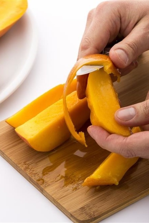 delish-fruit-hacks-mango副本