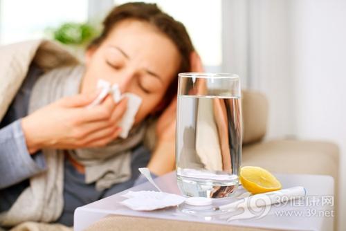 青年 女 生病 感冒 發燒 吃藥 藥品 藥物 臥床_16311394_xxl