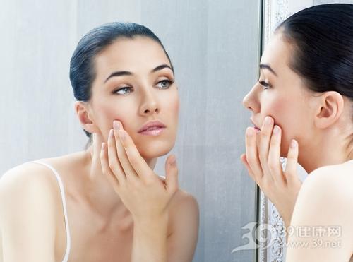 青年 女 美容 护肤 照镜子 皮肤 瑕疵_22935659_xxl