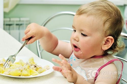 孩子 女 婴儿 吃东西 土豆 叉子_7446779_xxl