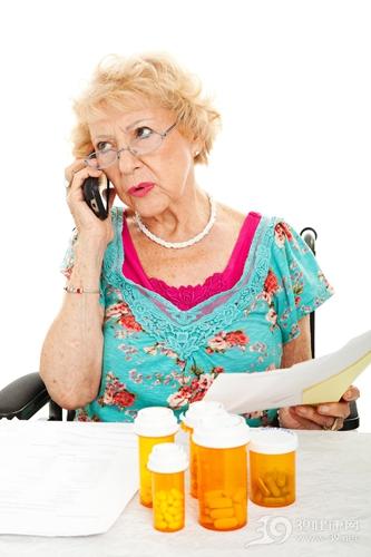 中老年 女 吃药 药片 药瓶 打电话_14943216_xxl