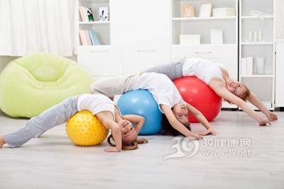 办公室瑜伽减肥简单方便。