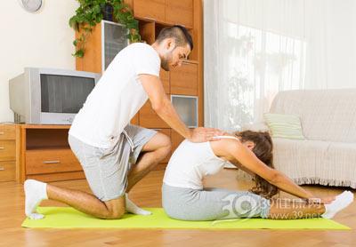 睡觉前做简单瑜伽来强身健体