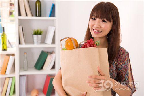 青年 女 购物 食物 蔬菜 水果 橙子 提子 葡萄 家居_16323494_xxl