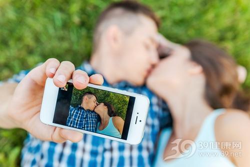 青年 男 女 爱情 情侣 甜蜜 亲吻 手机 自拍 草地_32367769_xxl