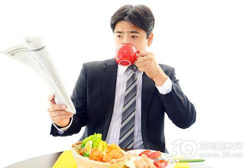 青年 男 早餐 西装 上班 杯子 西红柿 香肠 蔬菜 报纸_26998650_xxl