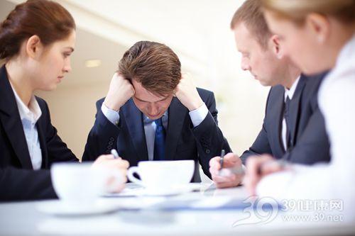 青年 男 工作 商务 压力 烦恼 情绪 难过 同事 团队_8402747_xxl