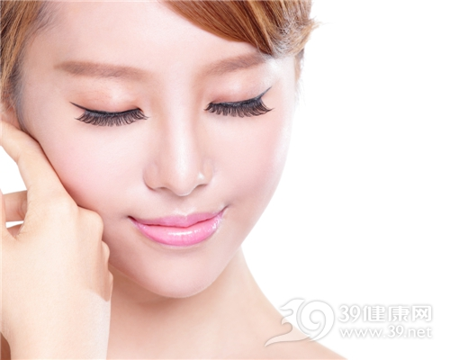 青年 女性 化妆 护肤 假睫毛 唇膏 脸部 肌肤_30841647_xxl