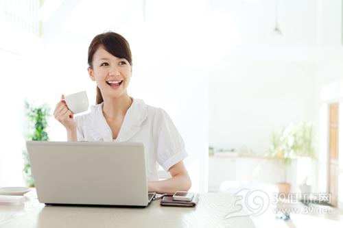 青年 女 家居 电脑 喝水 杯子 工作_14979371_xxl