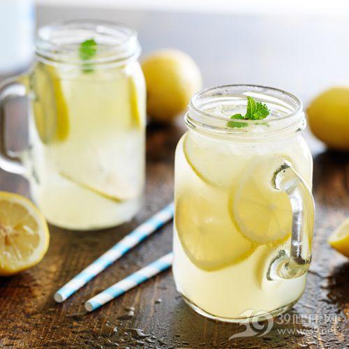 柠檬水洗脸美白效果佳 柠檬水功效大揭秘