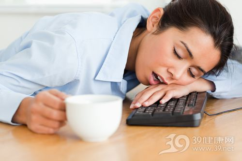 青年 女 商務 辦公室 鍵盤 睡覺 打瞌睡 被子_11205808_xxl