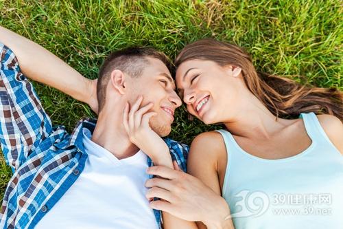 青年 男 女 爱情 情侣 甜蜜 户外 草地 32367728_xxl