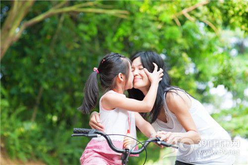 孩子 女 母親 自行車 親吻 戶外 玩樂_18061147_xl