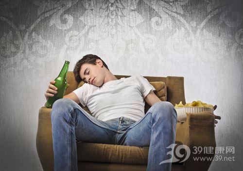 青年 男 酒精 啤酒 喝酒 睡覺 醉酒 沙發 薯片_13639633_xxl