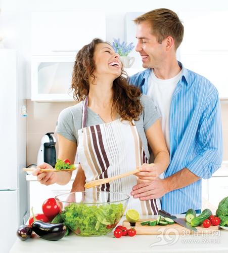 青年 男 女 烹饪 煮饭 情侣 夫妻 爱情 厨房 沙拉 茄子 西红柿 生菜_32077022_xxl