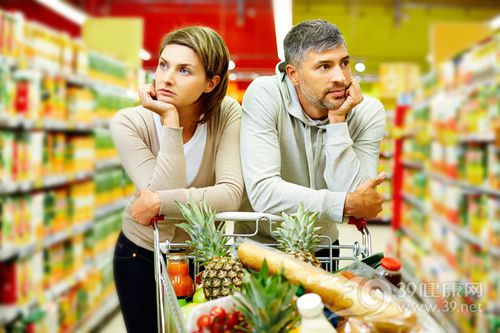 青年 男 女 夫妻 情侣 家庭 购物 超市 水果 选择 吵架 生气_19787783_xxl