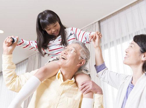 小女张彦边照顾父亲边学习