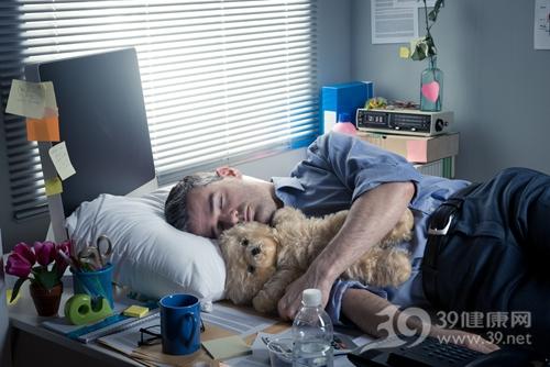 青年 男 睡覺 加班 辦公桌 電腦 辦公室 疲勞_33142818_xxl
