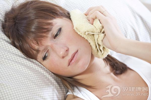 青年 女 牙痛 疼痛 毛巾 生病 脸部_8263184_xxl