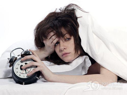 青年 女 起床 生病 睡觉 睡眠 失眠 闹钟 时钟_15091150_xxl