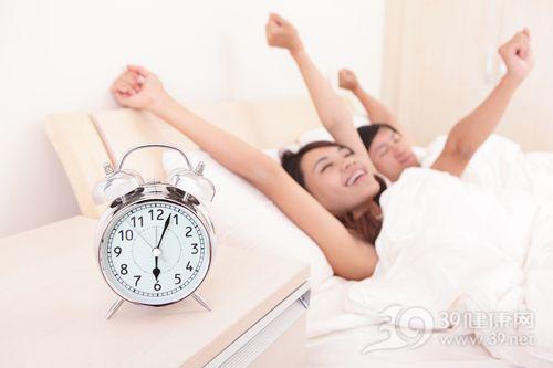 青年 男 女 睡觉 睡眠 早晨 起床 闹钟_21286700_xxl