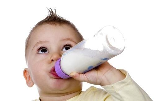 宝宝喝奶粉真的容易上火吗?可能是喂养方式不对