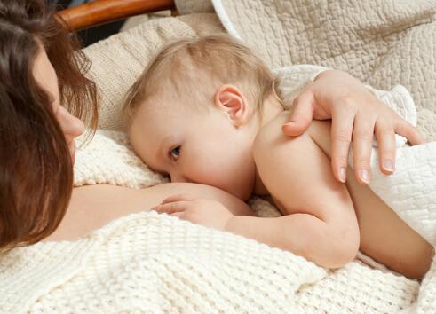 喂奶会引起胸部下垂?可能是你的喂奶方式不对