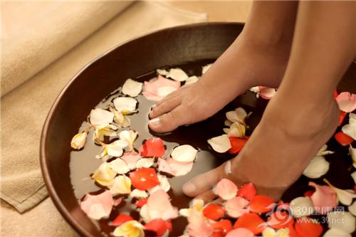 """泡脚,热水泡脚,热水泡脚对身体的好处,冬季养生,热水泡脚赛吃人参 一起看看如何泡脚才养生,俗话说,""""人寒足先寒"""",于是在临睡前,用热水泡泡脚,洗去一天的疲惫,那是最美好不过了。那么,热水泡脚对我们身体有哪些好处呢?"""