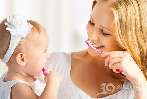 宝宝2岁前刷牙准备这些小物件