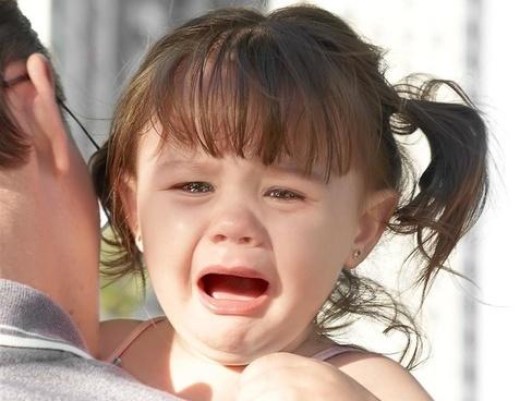 在家是话唠见生人就躲 孩子在生人面前不爱说话咋办