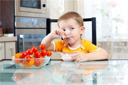 孩子 男 牛奶 勺子 吃饭_ 15259690_xxl