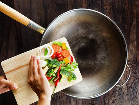 用铁锅做菜危害健康?
