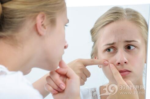 满脸痘痘和痘印好难看 美容医师教你这样护理痘痘肌