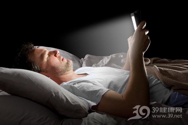 青年 男 手机 睡觉 床 关灯 夜晚 光线 视力 眼睛_28256331_xl