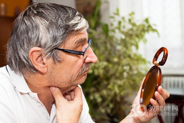 中老年 男 照镜子 甲状腺 脖子_29347688_xxl