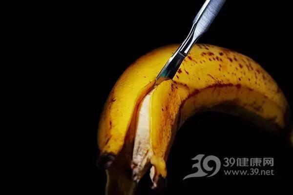 B、镁与心脏健康   首先我们来看香蕉中镁的含量。一根香蕉的镁含量约为14,具体因个头大小有差异。根据《中国居民膳食营养素参考摄入量》数据显示,成年人的镁适宜摄入量为350毫克/天。   在排除摄入其他含镁食物之外,只吃香蕉要达到这个标准量,得吃25根,显然很少人会这么干。当然,我们日常饮食中肯定也会吃其他含镁的食物。所以这就涉及到量的问题了。正常我们一天吃两三根,都不会有事。   然后,再来看镁跟心脏的关系。事实上,镁摄入含量的多少确实会影响心脏功能。它是构成骨骼的成分,具有调节神经和肌肉活动、增