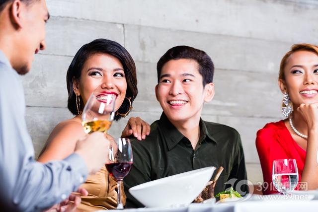青年 男 女 聚会 吃饭 酒精 夫妻 情侣_32044562_xxl