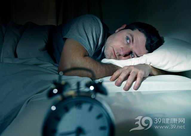 青年 男 睡觉 睡眠 失眠 时钟 床_25197026_xxl